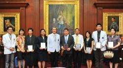 2559-06-07 พิธีมอบรางวัลผลงานวิจัยดีเด่นและมอบโล่รางวัลผลงานวิจัยดีเด่น คณะแพทยศาสตร์ศิริราชพยาบาล ประจำปี 2558